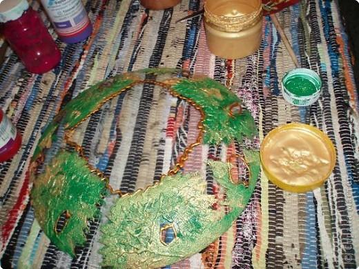 Алина делала тарелку в новогоднем стиле. Почему в новогоднем? Потому что из всех салфеток ей приглянулся щелкунчик. Перед началом обезжириваем тарелку с обратной стороны, любым моющим стекло средством. фото 8