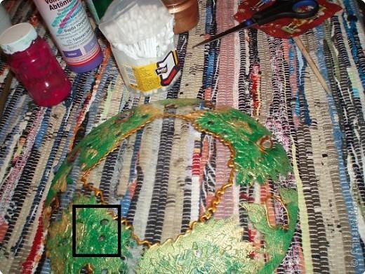 Алина делала тарелку в новогоднем стиле. Почему в новогоднем? Потому что из всех салфеток ей приглянулся щелкунчик. Перед началом обезжириваем тарелку с обратной стороны, любым моющим стекло средством. фото 9