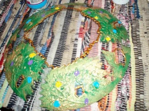 Алина делала тарелку в новогоднем стиле. Почему в новогоднем? Потому что из всех салфеток ей приглянулся щелкунчик. Перед началом обезжириваем тарелку с обратной стороны, любым моющим стекло средством. фото 10