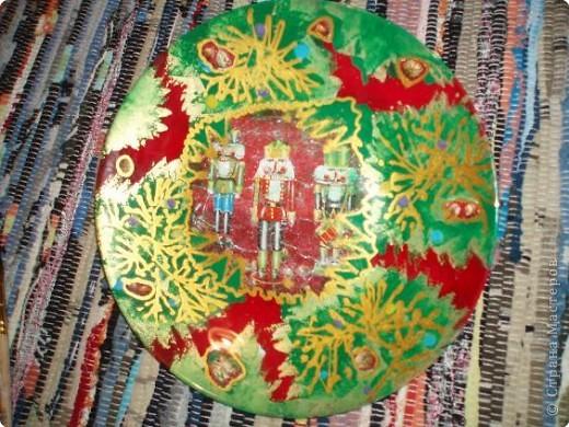 Алина делала тарелку в новогоднем стиле. Почему в новогоднем? Потому что из всех салфеток ей приглянулся щелкунчик. Перед началом обезжириваем тарелку с обратной стороны, любым моющим стекло средством. фото 14