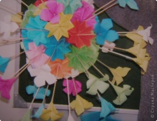 Вот такую кусудаму делали мои ученики 4 года назад, в 3 классе, к 8 Марта. Украшали зал к  празднику. Фотографии сделаны со старых фотографий. Так что качество... Может быть кому идея понравится. фото 2