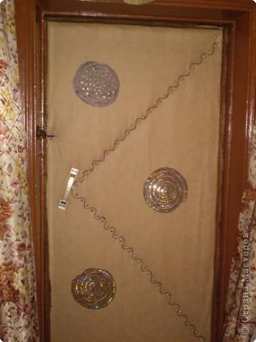 Дверь декорирована кожей, пайетками и шнуром