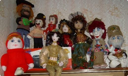 Веселая компания на шкафчике сидит!