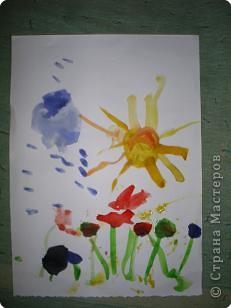 Творение внука. Вот что он увидел на даче: цветы, бабочек (они красного цвета на цветах), солнышко и облака. фото 1