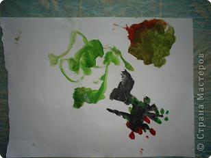 Творение внука. Вот что он увидел на даче: цветы, бабочек (они красного цвета на цветах), солнышко и облака. фото 3