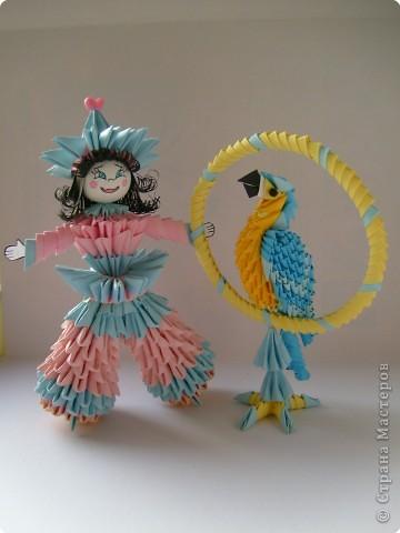 Девочка Ванилька и ее любимец попугай Крош (ара) .