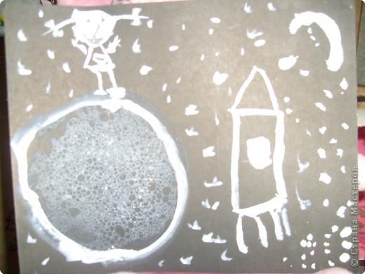 Рисунок сделан белыми красками на черном картоне(самое интересное это планета она сделана из пузырей) Шампунь смешать с краской