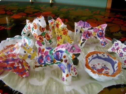 Дети и родители выполнили творческие летние задания, принесли дымковских лошадок. Вот какие они , во всей красе! фото 1