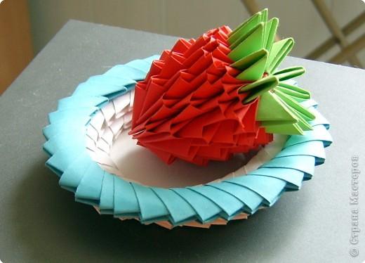 Оригами модульное: Клубника на блюдце фото 1