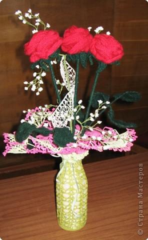 Ваза с розами. Вам потребуются: нитки вязальные (красного, белого, зеленого цвета), нитки «Ирис», катушечные нитки №30 белого цвета, лента для вышивки, пайетки, крючок №2,5; 1,5, клей ПВА, проволока для стебельков розы и гипсофилы. фото 1