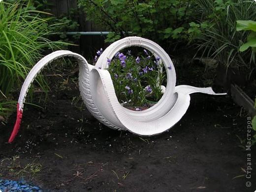 Наш водоём живёт своей жизнью. И раз не получается вырастить водяную лилию, мы решили его просто оживить. Болончик с голубой краской нам в этом помог. Теперь у нас лазурный берег!!!!!!!!! фото 4