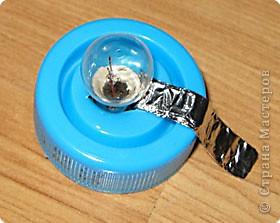 """Идея взята из книги """"Большая энциклопедия поделок"""", издательство Росмэн-Пресс, 2001г. Нам понадобится— две пальчиковые батарейки, алюминиевая фольга, лампочка, бумага или картон, баночка из-под питьевого йогурта. фото 10"""