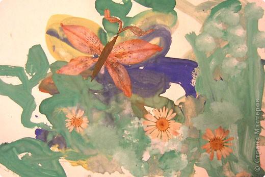 Бабочки. Это одни из первых работ, когда мы начали знакоство с красками. Больше всего сыну нравилось рисовать гуашью, смешивать на листе различные цвета.  фото 1