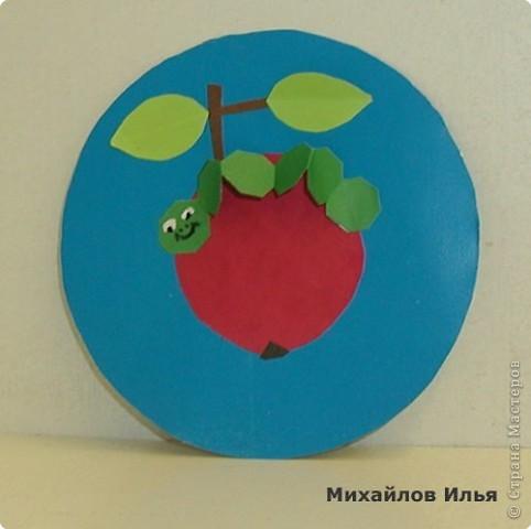 Гусеница на яблочке