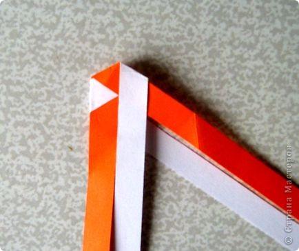 Возьмите две полоски, согните пополам. Пропустите один конец полоски (у меня красный) между белыми. фото 19