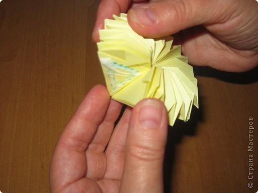"""Автора модели не знаю. Искала в разных источниках - пишут, что схему взяли из книги С.Соколовой """"Бумажные цветы, букеты, кусудамы"""". Может она автор?  Эта кусудама состоит из 12 цветов. Каждый цветок- из 4 деталей. Диаметр 12 см фото 27"""