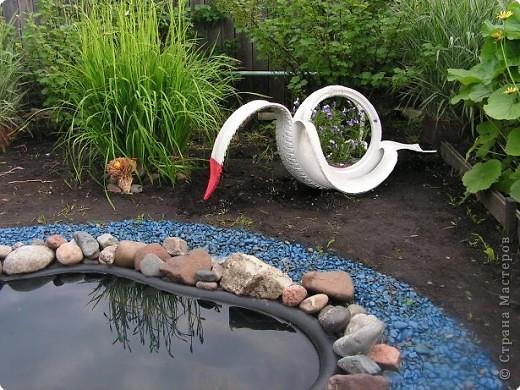 Наш водоём живёт своей жизнью. И раз не получается вырастить водяную лилию, мы решили его просто оживить. Болончик с голубой краской нам в этом помог. Теперь у нас лазурный берег!!!!!!!!! фото 5