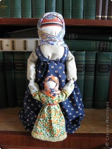 Очень люблю Русских кукол - это такой удивительный волшебный мир, окунувшись в который, уже не можешь ни о чем больше думать... Одна из самых моих любимых кукол - Ведучка. О ней уже говорилось в одном из блогов. Добавлю, что кукла эта считалась оберегом матери и дитя: у мамы и дитятки - одна рука, а это - символ их единства, близости, любви.  фото 1