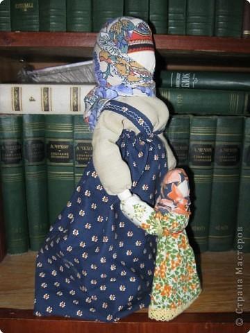 Очень люблю Русских кукол - это такой удивительный волшебный мир, окунувшись в который, уже не можешь ни о чем больше думать... Одна из самых моих любимых кукол - Ведучка. О ней уже говорилось в одном из блогов. Добавлю, что кукла эта считалась оберегом матери и дитя: у мамы и дитятки - одна рука, а это - символ их единства, близости, любви.  фото 2