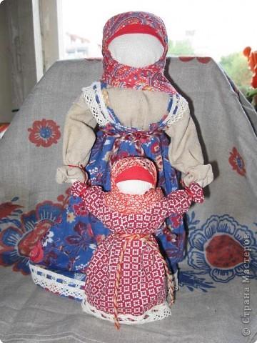 Очень люблю Русских кукол - это такой удивительный волшебный мир, окунувшись в который, уже не можешь ни о чем больше думать... Одна из самых моих любимых кукол - Ведучка. О ней уже говорилось в одном из блогов. Добавлю, что кукла эта считалась оберегом матери и дитя: у мамы и дитятки - одна рука, а это - символ их единства, близости, любви.  фото 3