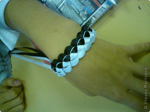 Летом девочки 6 класса научились плести браслеты. И на первом же уроке поделились с классом своим умением...