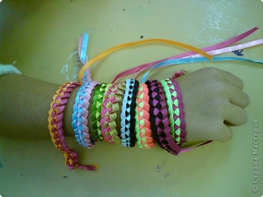 Летом девочки 6 класса научились плести браслеты. И на первом же уроке поделились с классом своим умением...  фото 2