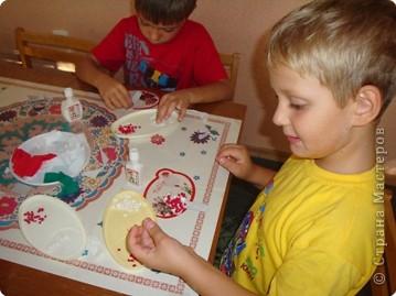 Корзинку сплели, а грибочки украсили мозаикой из комочков салфеток. фото 2
