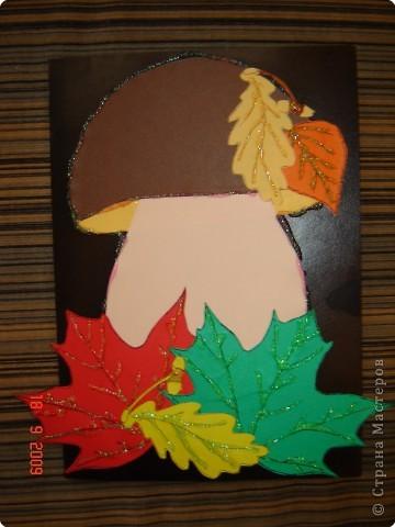 Грибок делался на урок труда моим первоклашкой. Фигурки - распечатанные раскраски на цветной бумаге. Остается только вырезать, наклеить и обвести клеем с блестками!!!