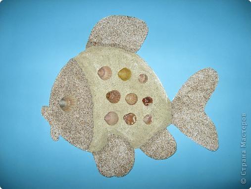Рыбка из ракушек и песка.