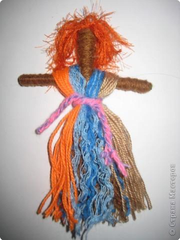 """Кукла """"Параскева"""" Эта кукла покровительница женских ремесел. Ее делали ко дню Параскевы, 10 ноября. В этот день нельзя было заниматься ремеслами. Параскева - Пятница считалась заступницей женской доли. Девушки обращались к ней с молитвами, чтобы послала хорошего жениха. Замужние женщины приводили в день Параскевы болезненных детей к родникам и умывали их водой, чтобы они были здоровы. И девушки и женщины показывали в этот день друг другу свое рукоделие. Не случайно Параскева сделана из нитей, она словно плетет нить судьбы, смотришь на нее, поправляешь ей наряд и словно ниточку за ниточкой правишь свою жизнь."""