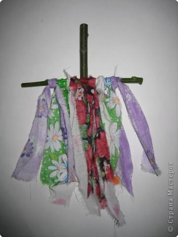Кукла Пасха или ее еще называют Вербница используется как пасхальный подарок. Кукла делается так же как Кувадка, но только из красной ткани. У куклы должен быть обязательно передник и веточка вербы в левой руке. фото 2