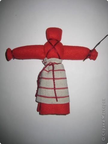 Кукла Пасха или ее еще называют Вербница используется как пасхальный подарок. Кукла делается так же как Кувадка, но только из красной ткани. У куклы должен быть обязательно передник и веточка вербы в левой руке. фото 1