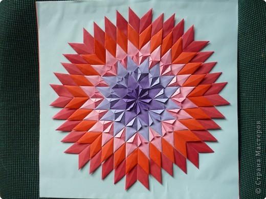 Такое мозаичное панно кружковцы делали на Новый год в год петуха. Каждая деталь открывается как конвертик и внутрь можно положить написанное пожелание или маленькую наклейку. Ещё вариант- использовать мозаику как гадалку. фото 3