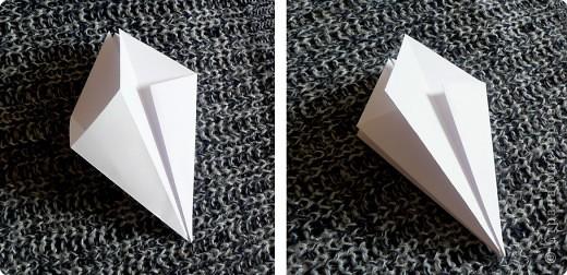 Вот и обещанный МК. Первый раз я делала такой цветок по книге Санбук Смит «Цветы Оригами». И там урок назывался «Барвинок – пестрые лоскутки». Потому и я назову его «Барвинок». Делать такой цветок не сложно. Самая большая проблема в том, что Барвинок очень маленький. Для одного цветка потребуется лист со стороной 5 см. На фото МК лист раза в 3 больше для наглядности. И вам советую взять на первый раз большой лист, чтобы освоиться и понять принцип складывания.   фото 4