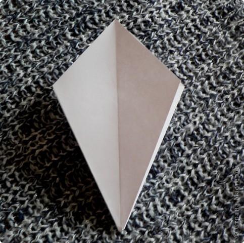 Вот и обещанный МК. Первый раз я делала такой цветок по книге Санбук Смит «Цветы Оригами». И там урок назывался «Барвинок – пестрые лоскутки». Потому и я назову его «Барвинок». Делать такой цветок не сложно. Самая большая проблема в том, что Барвинок очень маленький. Для одного цветка потребуется лист со стороной 5 см. На фото МК лист раза в 3 больше для наглядности. И вам советую взять на первый раз большой лист, чтобы освоиться и понять принцип складывания.   фото 5