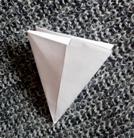 Вот и обещанный МК. Первый раз я делала такой цветок по книге Санбук Смит «Цветы Оригами». И там урок назывался «Барвинок – пестрые лоскутки». Потому и я назову его «Барвинок». Делать такой цветок не сложно. Самая большая проблема в том, что Барвинок очень маленький. Для одного цветка потребуется лист со стороной 5 см. На фото МК лист раза в 3 больше для наглядности. И вам советую взять на первый раз большой лист, чтобы освоиться и понять принцип складывания.   фото 8