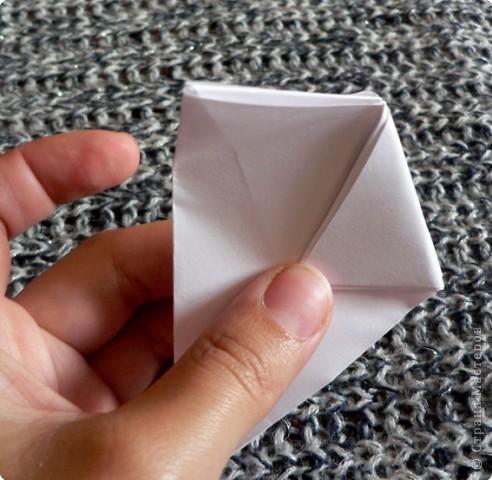 Вот и обещанный МК. Первый раз я делала такой цветок по книге Санбук Смит «Цветы Оригами». И там урок назывался «Барвинок – пестрые лоскутки». Потому и я назову его «Барвинок». Делать такой цветок не сложно. Самая большая проблема в том, что Барвинок очень маленький. Для одного цветка потребуется лист со стороной 5 см. На фото МК лист раза в 3 больше для наглядности. И вам советую взять на первый раз большой лист, чтобы освоиться и понять принцип складывания.   фото 10