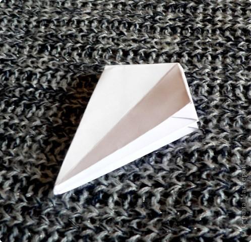 Вот и обещанный МК. Первый раз я делала такой цветок по книге Санбук Смит «Цветы Оригами». И там урок назывался «Барвинок – пестрые лоскутки». Потому и я назову его «Барвинок». Делать такой цветок не сложно. Самая большая проблема в том, что Барвинок очень маленький. Для одного цветка потребуется лист со стороной 5 см. На фото МК лист раза в 3 больше для наглядности. И вам советую взять на первый раз большой лист, чтобы освоиться и понять принцип складывания.   фото 12