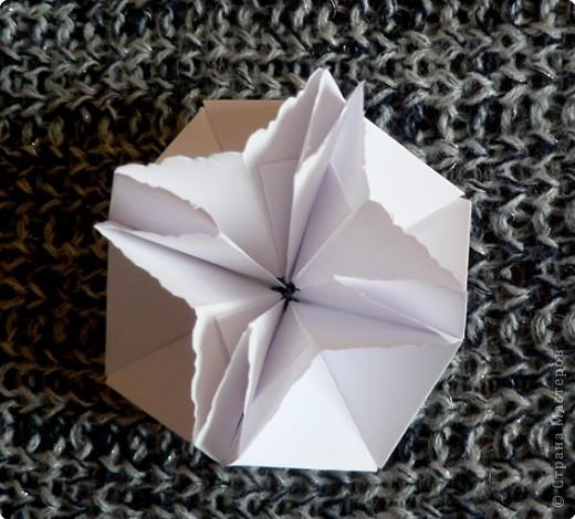 Вот и обещанный МК. Первый раз я делала такой цветок по книге Санбук Смит «Цветы Оригами». И там урок назывался «Барвинок – пестрые лоскутки». Потому и я назову его «Барвинок». Делать такой цветок не сложно. Самая большая проблема в том, что Барвинок очень маленький. Для одного цветка потребуется лист со стороной 5 см. На фото МК лист раза в 3 больше для наглядности. И вам советую взять на первый раз большой лист, чтобы освоиться и понять принцип складывания.   фото 15