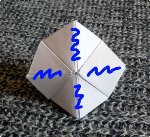 Вот и обещанный МК. Первый раз я делала такой цветок по книге Санбук Смит «Цветы Оригами». И там урок назывался «Барвинок – пестрые лоскутки». Потому и я назову его «Барвинок». Делать такой цветок не сложно. Самая большая проблема в том, что Барвинок очень маленький. Для одного цветка потребуется лист со стороной 5 см. На фото МК лист раза в 3 больше для наглядности. И вам советую взять на первый раз большой лист, чтобы освоиться и понять принцип складывания.   фото 16
