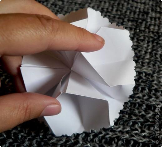 Вот и обещанный МК. Первый раз я делала такой цветок по книге Санбук Смит «Цветы Оригами». И там урок назывался «Барвинок – пестрые лоскутки». Потому и я назову его «Барвинок». Делать такой цветок не сложно. Самая большая проблема в том, что Барвинок очень маленький. Для одного цветка потребуется лист со стороной 5 см. На фото МК лист раза в 3 больше для наглядности. И вам советую взять на первый раз большой лист, чтобы освоиться и понять принцип складывания.   фото 17