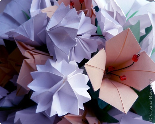 Вот и обещанный МК. Первый раз я делала такой цветок по книге Санбук Смит «Цветы Оригами». И там урок назывался «Барвинок – пестрые лоскутки». Потому и я назову его «Барвинок». Делать такой цветок не сложно. Самая большая проблема в том, что Барвинок очень маленький. Для одного цветка потребуется лист со стороной 5 см. На фото МК лист раза в 3 больше для наглядности. И вам советую взять на первый раз большой лист, чтобы освоиться и понять принцип складывания.   фото 1