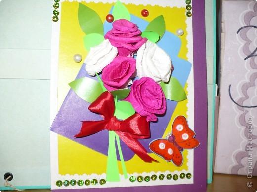 Легко и быстро можно сделать цветы из гофрированной бумаги.