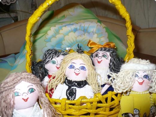 Много кукол необычных, круглолицых, симпатичных, все в корзиночке живут,песни весело поют. фото 2