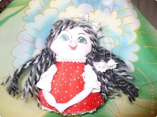Много кукол необычных, круглолицых, симпатичных, все в корзиночке живут,песни весело поют. фото 5