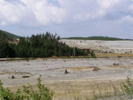 Считается, что история Карабаша начинается с основания в 1822-ом году заводчиком Григорием Зотовым Соймановского посёлка в одноимённой долине близ горы Карабаш.  Я встретила его по пути из Екатеринбурга в Миасс. Первое впечатление было прекрасным. Черные отвалы. Они горели серебром на солнце. фото 11
