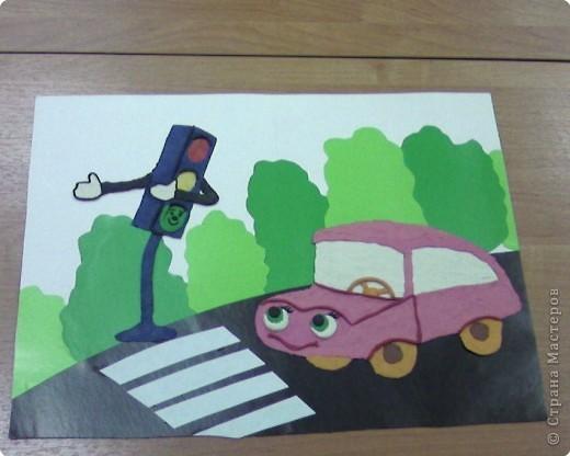 В работе использован цветной картон для создания окружения. А вот главные герои  нарисованы пластилином.