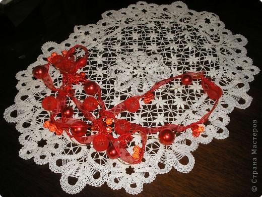 Салфеткка выполнена в сцепной технике плетения.
