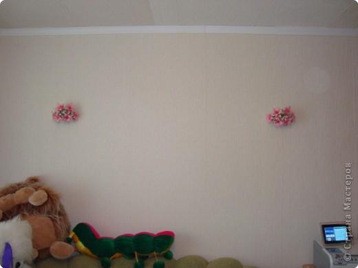 пока делаю лилии для кусудамы решила украсить готовыми стену в гостиной