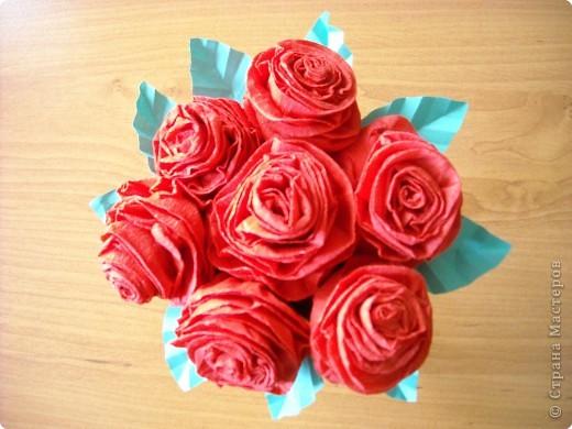 Букет красных роз из креповой бумаги.